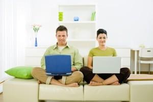 Мужчина и женшина с ноутбуком
